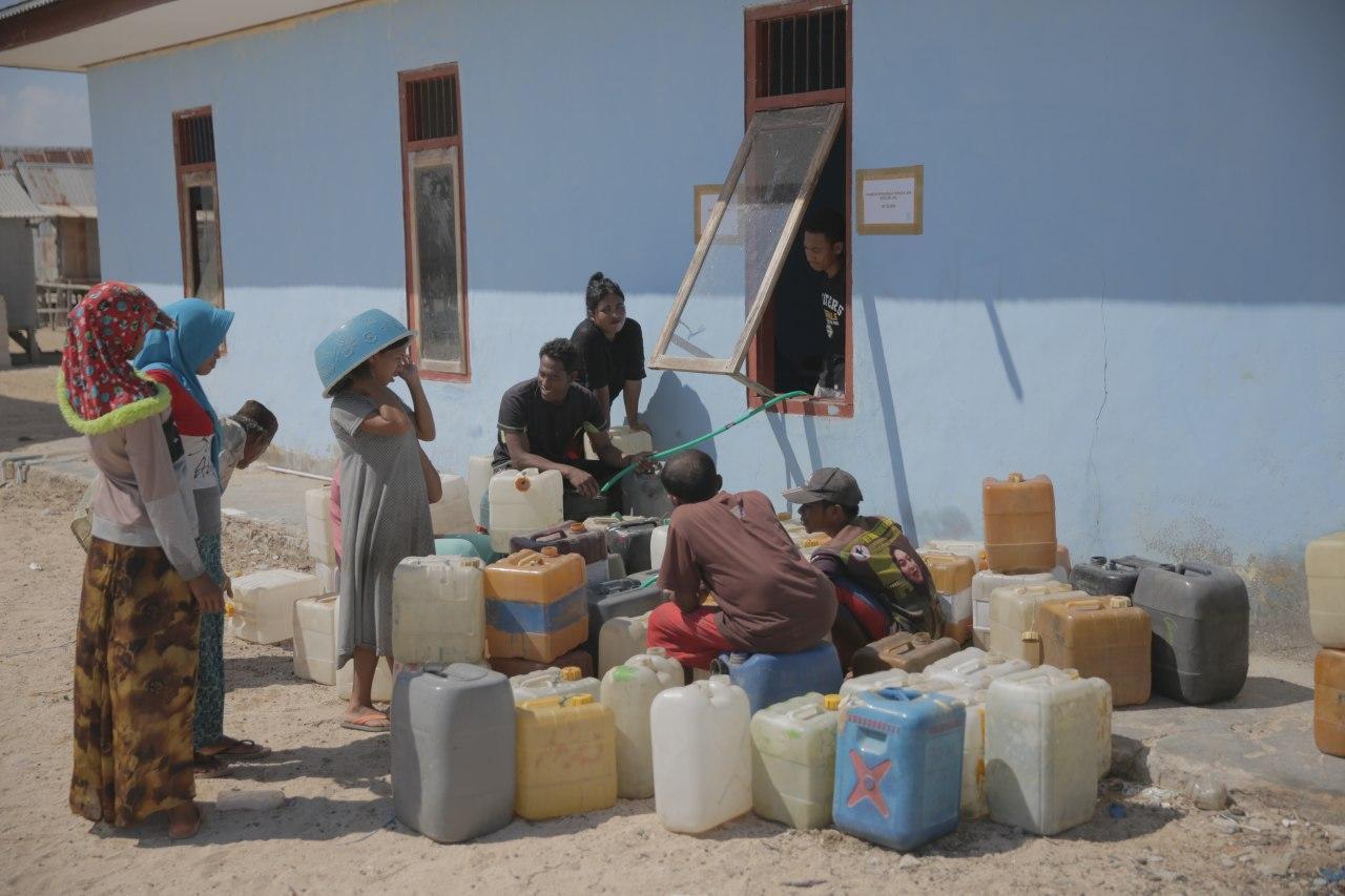 Warga menyambut air bersih dari Komodo Water